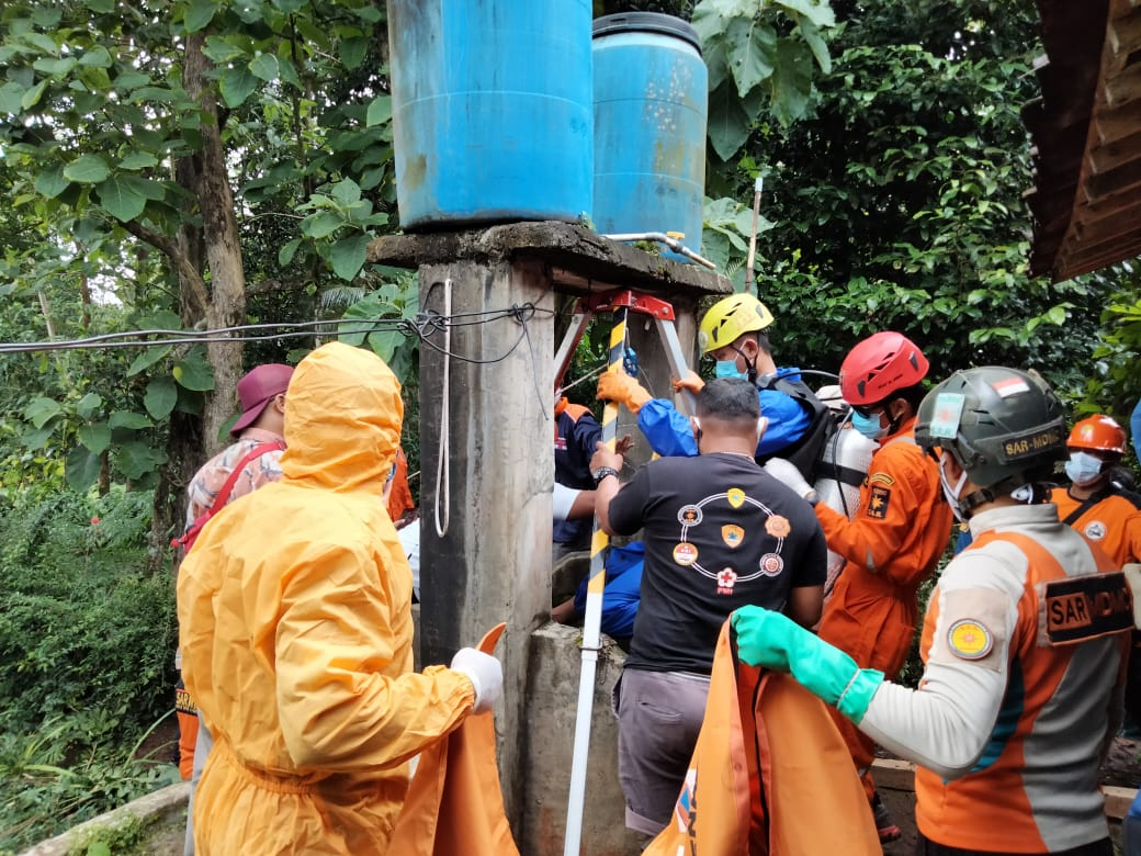 Gabungan tim SAR mengevakuasi Darmi, korban tenggelam di sumur warga di Desa Karangbangun, Jumapolo, Rabu (27/1/2021). (PUJOKO/LINGKAR.CO)
