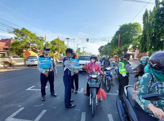 EDUKASI: Sejumlah petugas Dishub Jepara mengedukasi disiplin prokes kepada pengguna kendaraan bermotor baru-baru ini.(DOK DISHUB JEPARA FOR LINGKAR.CO)