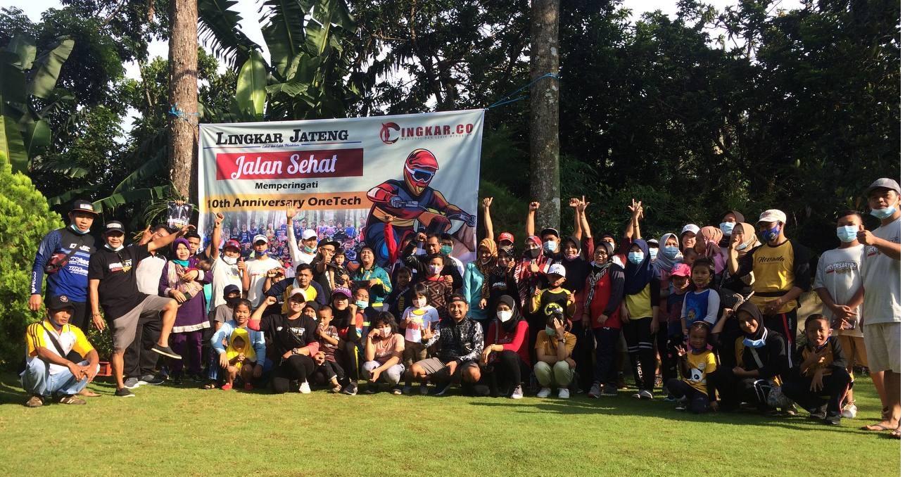 KEBERSAMAAN: Seluruh anggota OneTech Trail Adventure Semarang tengah foto bersama sebelum pemberangkatan jalan sehat memperingati ulang tahun OneTech ke-10 di Watusari, Gunungpati, Kota Semarang, Minggu (3/1). (MUHAMMAD NURSEHA/LINGKAR JATENG)
