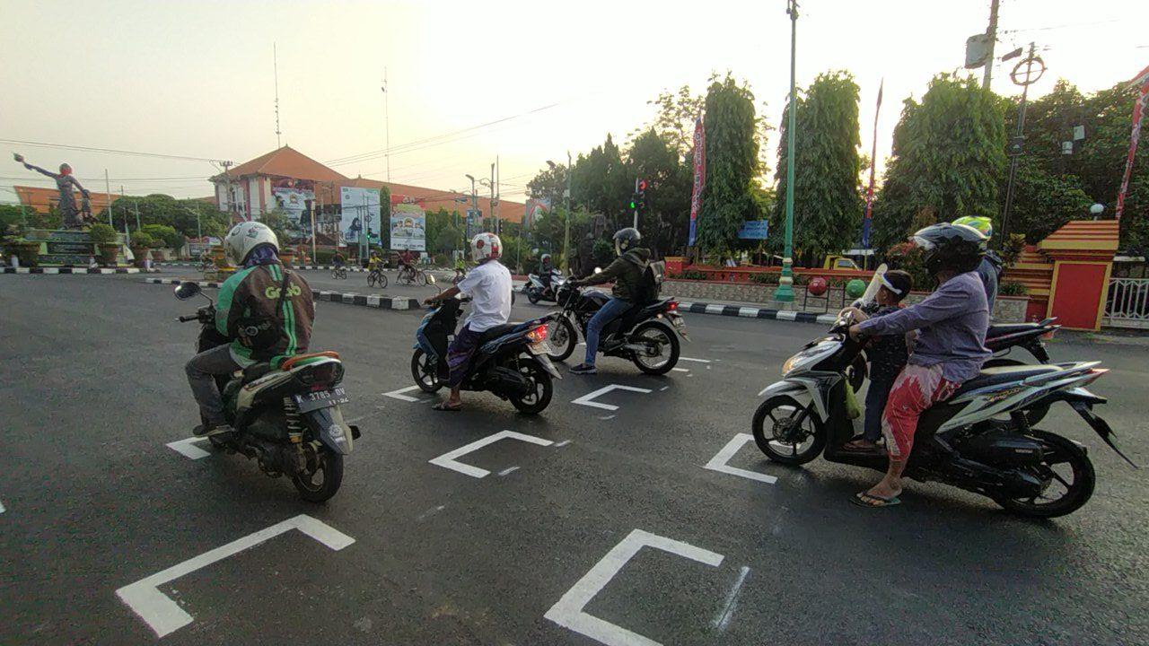 Sejumlah pengendara sepeda motor tampak berhenti secara teratur di Perempatan Tugu Kartini ketika traffic light menyala merah, baru-baru ini. (MIFTAHUL UMAM/LINGKAR JATENG)