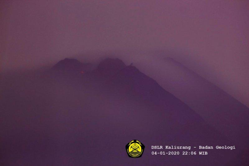 Guguran yang diduga lava pijar keluar dari Gunung Merapi, terpantau dari CCTV BPPTKG, Senin (4/1) malam. (ANTARA/LINGKAR.CO)