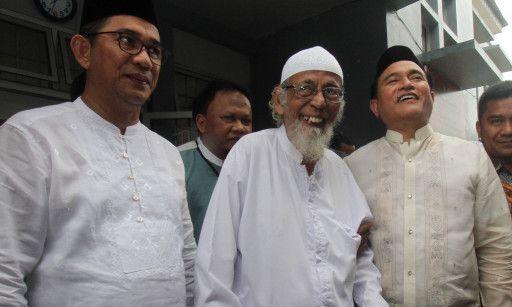 Abu Bakar Baasyir (tengah). (ANTARA/LINGKAR.CO)