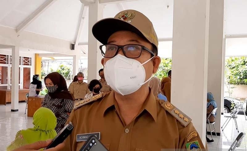 Bupati Banyumas Achmad Husein saat memberi keterangan kepada awak media, Kamis (28/1). (KORAN LINGKAR JATENG/LINGKAR.CO)