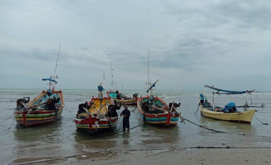 BERSIAP: Salah seorang nelayan saat hendak melaut. (MIFTAHUS SALAM/LINGKAR JATENG)