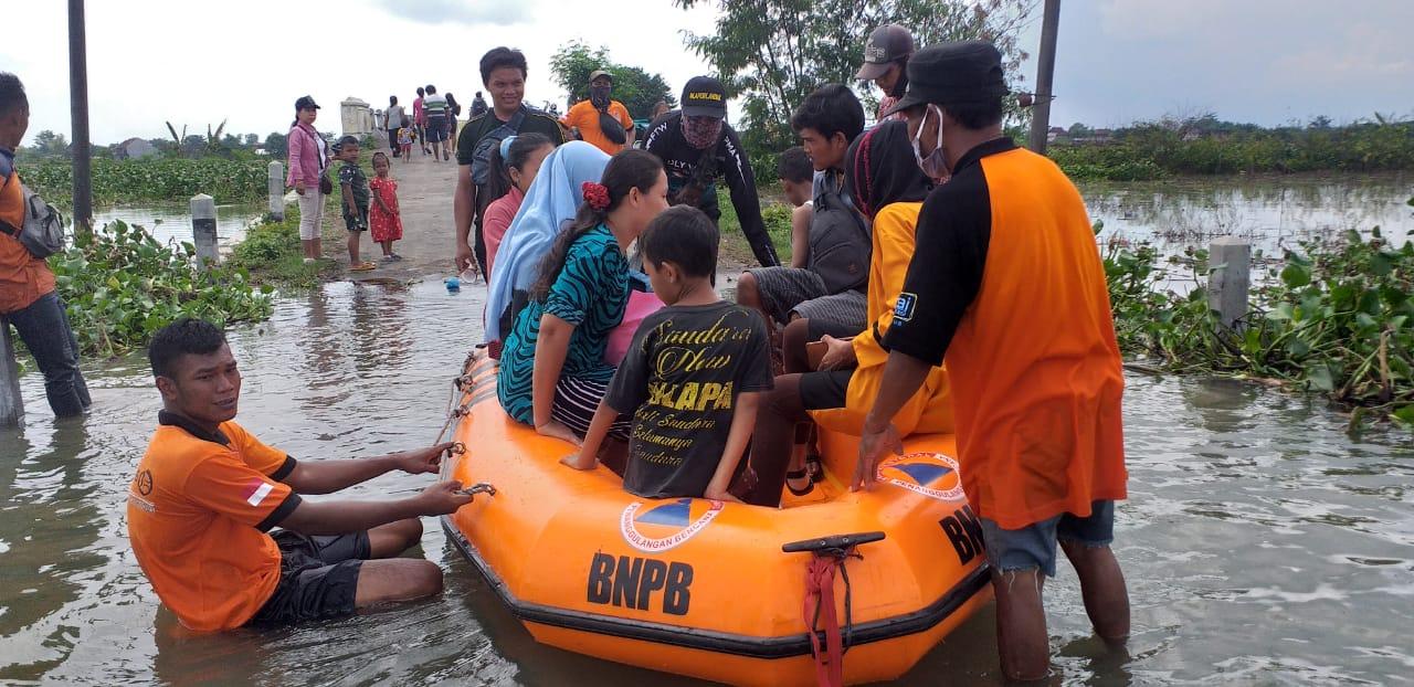 BPBD Kudus saat melakukan proses evakuasi terhadap warga terdampak banjir. (NISA HAFIZHOTUS SYARIFA/LINGKAR JATENG)