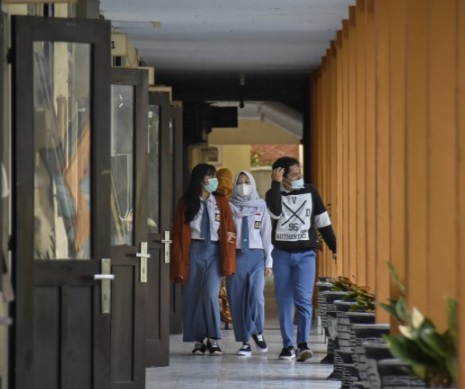 Sejumlah siswa berjalan menuju kelasnya saat hari pertama masuk sekolah pembelajaran tatap muka di SMAN 1 Mataram, NTB, Senin (4/1). (ANTARA/LINGKAR.CO)
