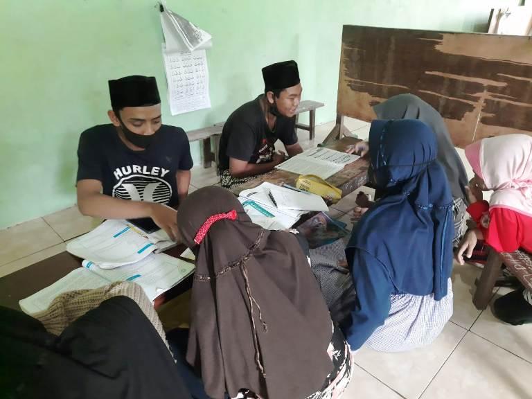 Sejumlah siswa antusias mengikuti program Konco Sinau di Desa Bakaran Kulon, Kecamatan Juwana, Pati belum lama ini. (IPNU PATI FOR KORAN LINGKAR JATENG)