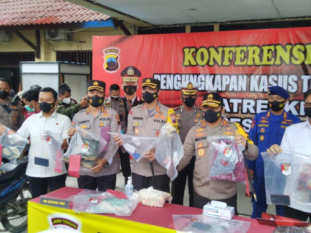 Kapolda Jateng Irjen Pol Ahmad Luthfi beserta jajaran Polres Rembang menunjukkan barang bukti. (MUHAMMAD AKID/LINGKAR.CO)