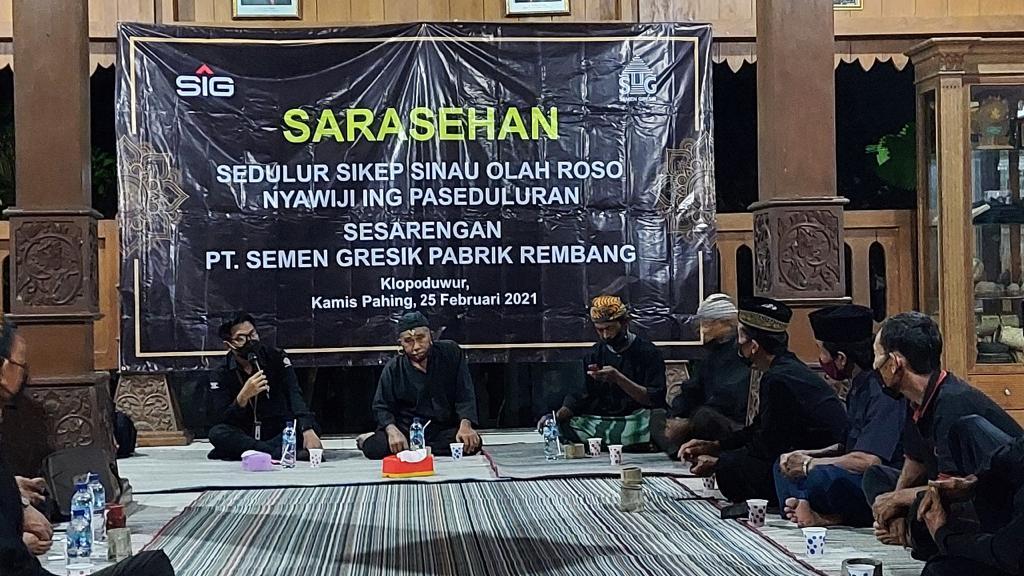 """Sarasehan Sedulur Sikep Samin """"Sinau Olah Roso Nyawiji ing Paseduluran"""" bersama PT Semen Gresik di Banjarejo, Kabupaten Blora. (Kamis (25/2/2021).(DOK LINGKAR.CO)"""