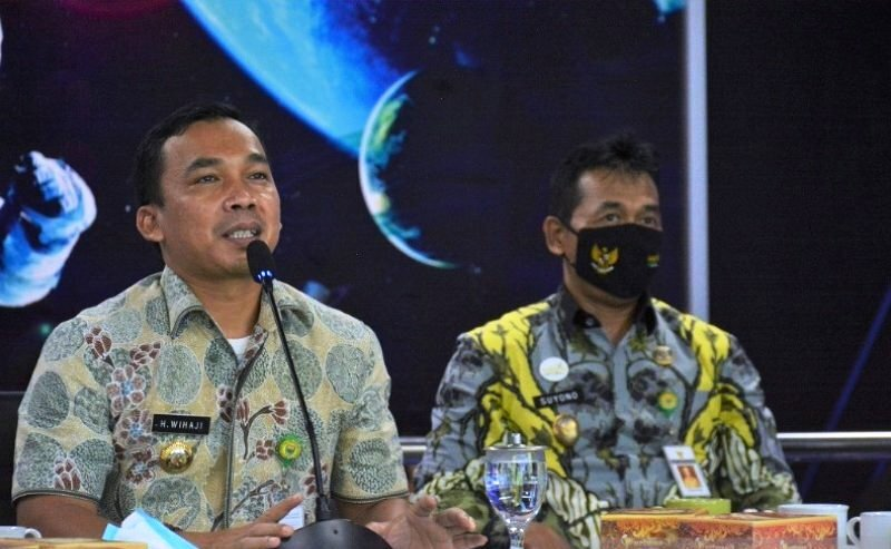 Bupati Batang Wihaji bersama Wakil Bupati Suyono saat acara sosialisasi layanan aplikasi Kembang Desa. (KORAN LINGKAR JATENG/LINGKAR.CO)