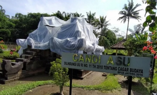 Candi Asu di Desa Sengi, Kecamatan Dukun, Kabupaten Magelang, ditutup dengan plastik untuk mengantisipasi terjadinya hujan abu dari erupsi Gunung Merapi. (KORAN LINGKAR JATENG/LINGKAR.CO)