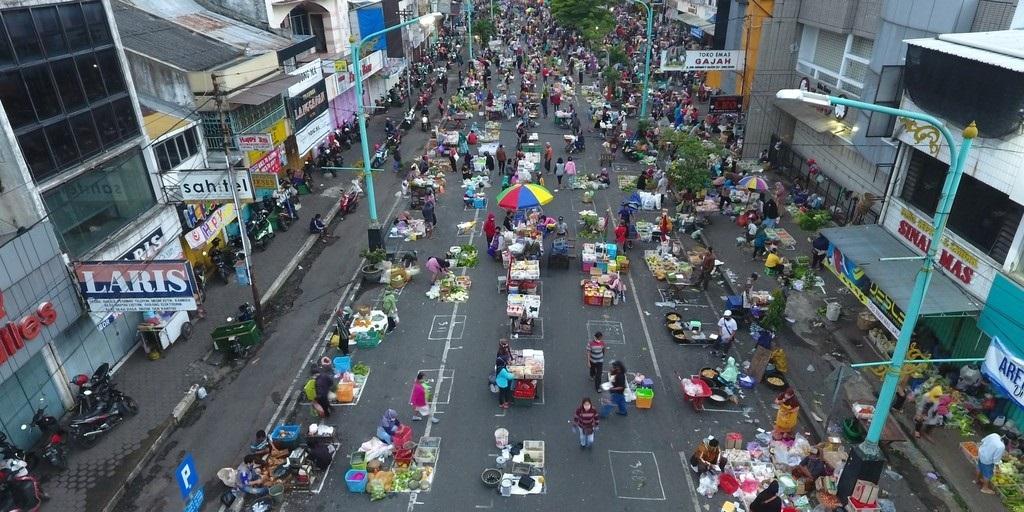 Aktivitas jual beli dengan menerapkan physical distancing di Pasar Pagi Salatiga, belum lama ini. (ANTARA FOTO/KORAN LINGKAR JATENG)