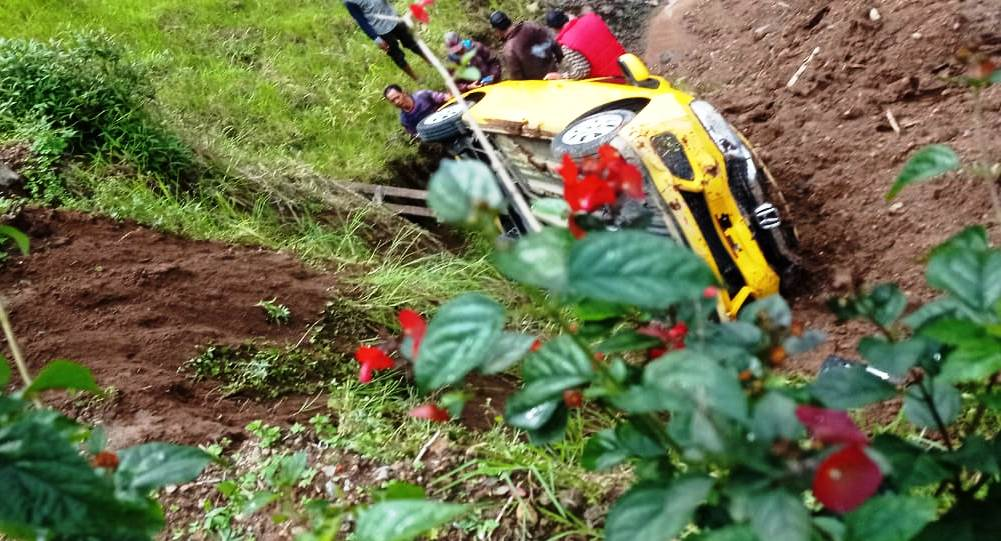 Diduga salah injak pedal, mobil warga Kota Solo ini terjun bebas masuk kebun di jalan tembus Tawangmangu-Magetan. (ISTIMEWA/LINGKAR.CO)