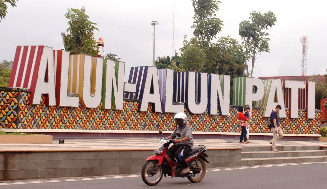 RUANG TERBUKA HIJAU: Sejumlah warga tengah melintas di Alun-alun Simpang Lima Pati Senin (15/3/2021).(MIFTAHUS SALAM/LINGKAR.CO)
