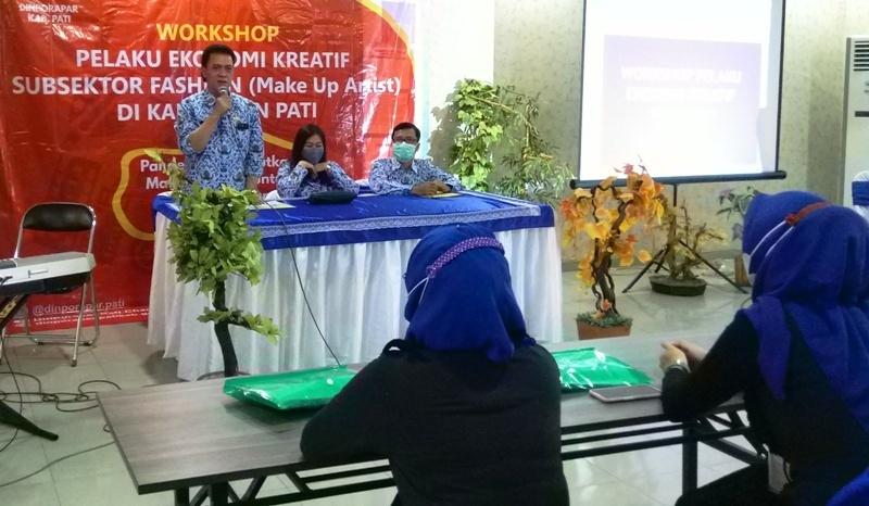 PEMBUKAAN: Sekretaris Dinporapar Pati Hari Muktiyo saat membuka workshop pelaku ekonomi kreatif sub sektor fashion/make up artist Rabu (18/3/2021).(MIFTAHUS SALAM/LINGKAR.CO)