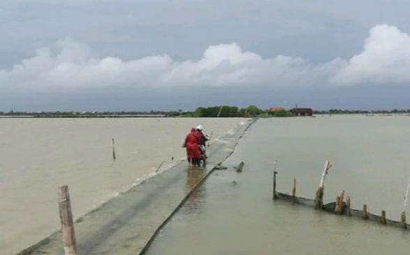 BANJIR: Jalan akses menuju Dukuh Mondoliko terendam banjir rob. (ISTIMEWA/LINGKAR.CO)