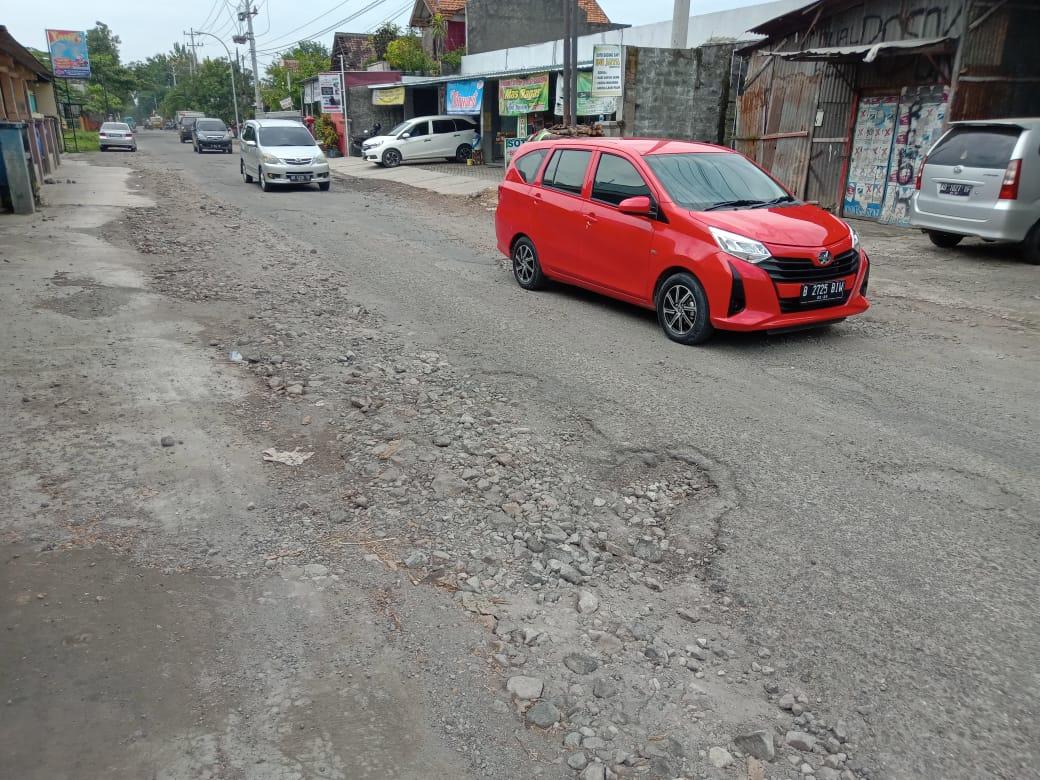 MEMPRIHATINKAN: Kondisi Jalan Raya Kebakkramat-Tasikmadu rusak parah tepatnya di Desa Nangsri, Kebakkramat, Kabupaten Karanganyar. (PUJOKO/LINGKAR.CO)