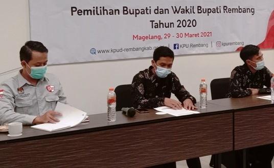 BAHAS: Jajaran komisioner KPU Rembang saat menggelar gathering bersama sejumlah awak media. (MUHAMMAD AKID/LINGKAR.CO)