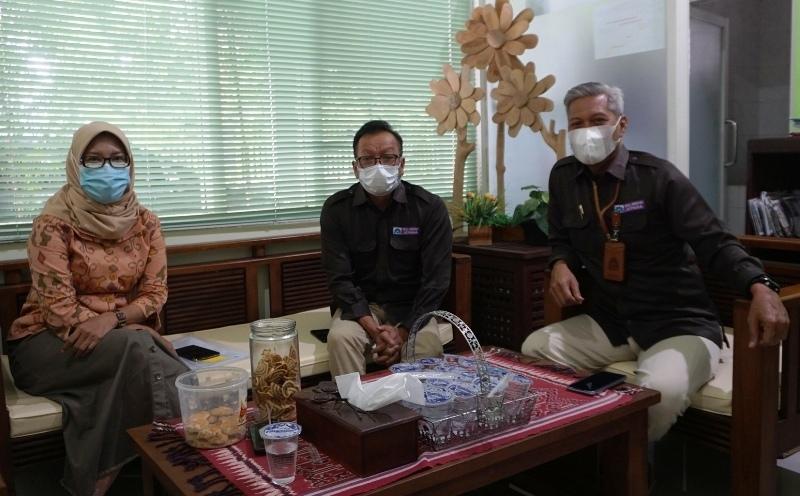 MENJELASKAN : Dari kanan, Dirut PDAM Jepara Sapto Budiriyanto, Direktur Administrasi dan Keuangan Prabowo (tengah) dan Direktur Teknik Dewi Fatimah (kiri) memberikan tanggapan soal penyertaan modal di perusahaan umum daerah yang dipimpinnya Selasa (16/3/2021). (ADHIK KURNIAWAN/LINGKAR.CO)