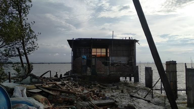 PARAH: Kondisi rumah Sanan (80) warga Dusun Tambaksari, Desa Bedono, Kecamatan Sayung, Demak usai diterjang angin dan ombak besar dua bulan lalu. (ADITIA ARDIAN/ LINGKAR.CO)