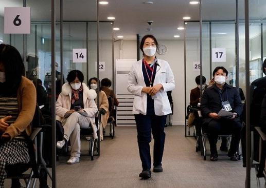 Seorang perawat ikut serta dalam latihan simulasi vaksinasi penyakit virus corona (COVID-19) di pusat vaksinasi COVID-19 di Seoul, Korea Selatan, Selasa (9/2/2021).(ANTARA/LINGKAR JATENG)