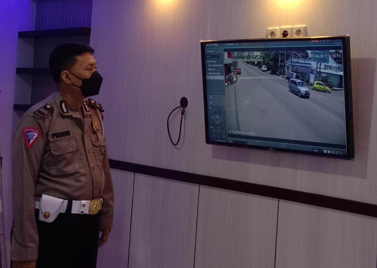 TINDAK: Baur Tilang Satlantas Polres Rembang Cahyo Prabowo, ungkapkan Rembang belum tindak pelanggar ETLE. (MUHAMMAD AKID/LINGKAR.CO)
