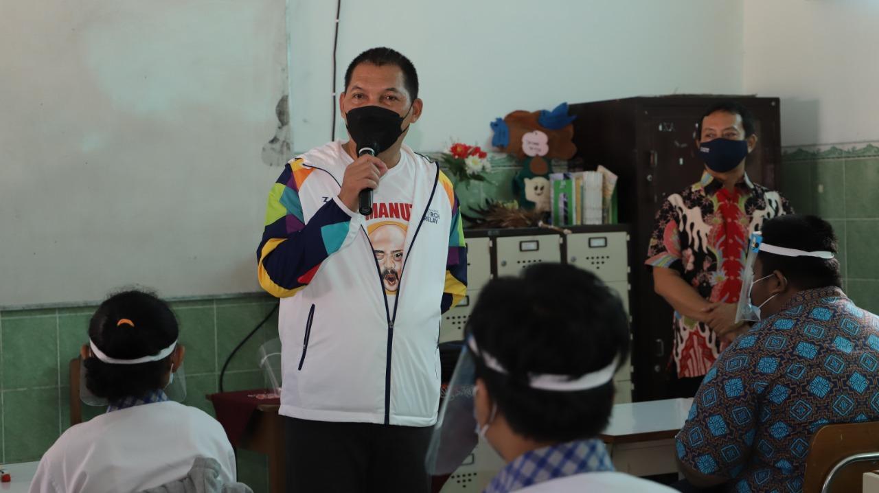 RUTINITAS: Wakil Wali Kota Solo, Teguh Prakoso pantau persiapan Pembelajaran Tatap Muka (PTM) di sejumlah sekolah di Solo. (HUMAS PEMKOT/LINGKAR.CO)