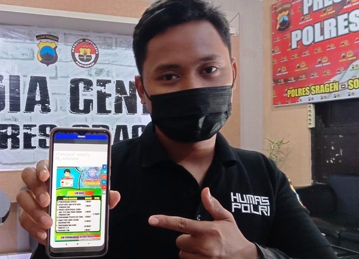 Anggota Satlantas Polres Sragen menunjukkan aplikasi Si Dora Minggu (21/3/2021).(MUKHTARUL HAFIDZ/LINGKAR.CO)