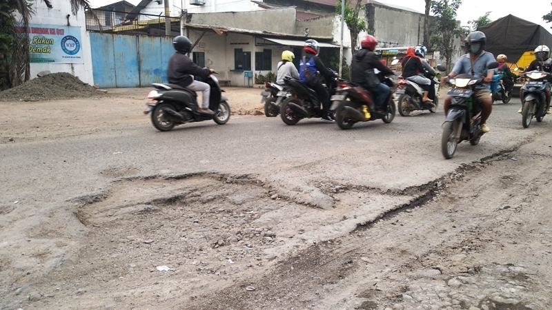 PARAH: Kondisi jalan provinsi penghubung Demak-Purwodadi mengalami kerusakan parah.(ADITIA ARDIAN/ LINGKAR.CO)