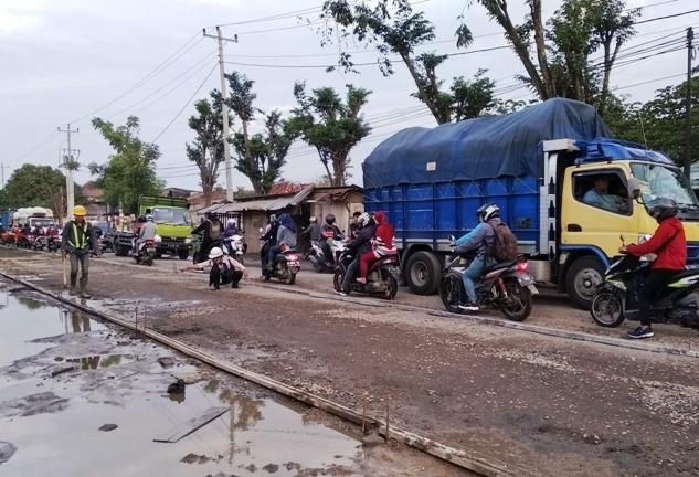 COR: Pengecoran jalan provinsi yang dilakukan di Jalan penghubung Karangawen-Grobogan. (ADITIA ARDIAN/ LINGKAR.CO)