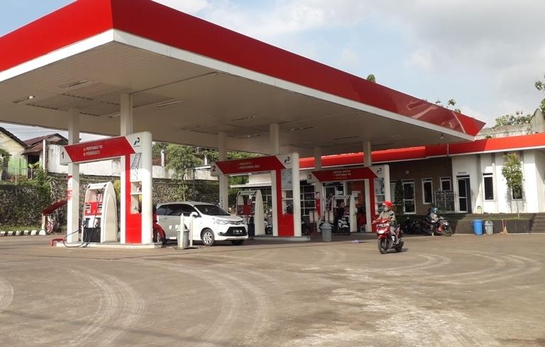 PELAYANAN: Sejumlah pengendara mobil dan motor tampak antri di SPBU Krapyak, Kecamatan Kota, Kabupaten Jepara. (ADHIK KURNIAWAN/LINGKAR.CO)