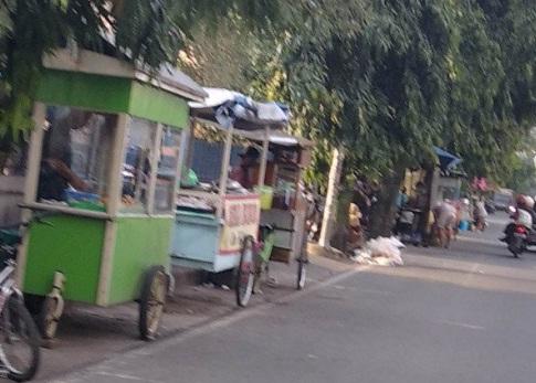 Pedagang Kaki Lima di sepanjang Jalan Sunan Kudus di Desa Kaliputu, Kecamatan Kota, Kabupaten Kudus, Jawa Tengah.(ANTARA/LINGKAR JATENG)