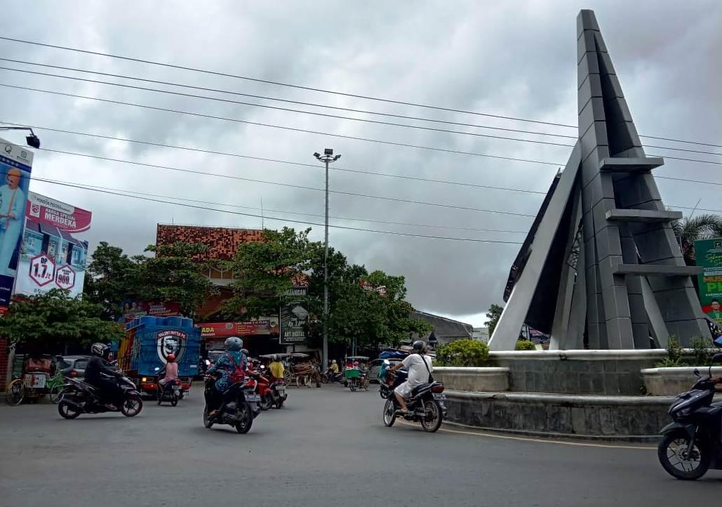 RAMAI: Sejumlah kendaraan melintas di tugu depan Pasar Kota Rembang Rabu (10/3/2021).(MUHAMMAD AKID/LINGKAR.CO)