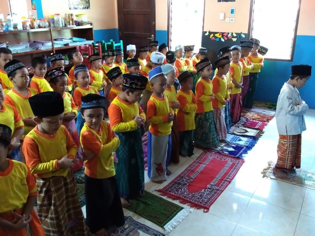 KEGIATAN : Salat berjamaah yang oleh murid-murid TPA Ibnu Aqil sebelum pandemi covid-19.(DOK TPA IBNU AQIL FOR LINGKAR.CO)