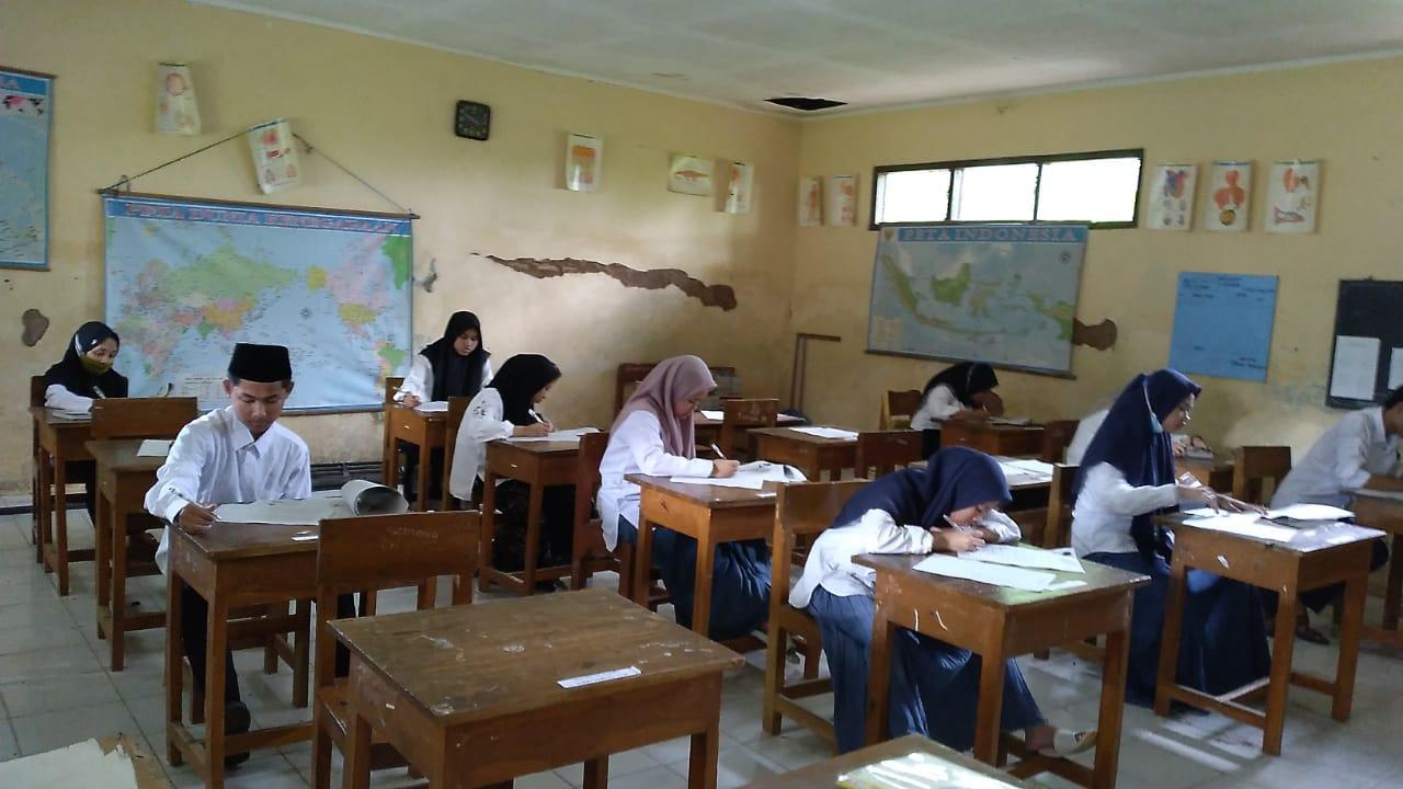 LAKSANAKAN: Kegiatan Ujian Pendidikan Kesetaraan (UPK) paket B dan Paket C PKBM Srabi Madya. (MAULANA AINUL YAKIN/LINGKAR)