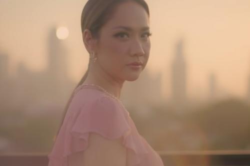 """ADEGAN: Potongan adegan penyanyi cantik Bunga Citra Lestari (BCL) saat tampil dalam video klip """"Selamanya Cinta"""", Original Soundtrack Surga Yang Tak Dirindukan 3. (ISTIMEWA/LINGKAR.CO)"""