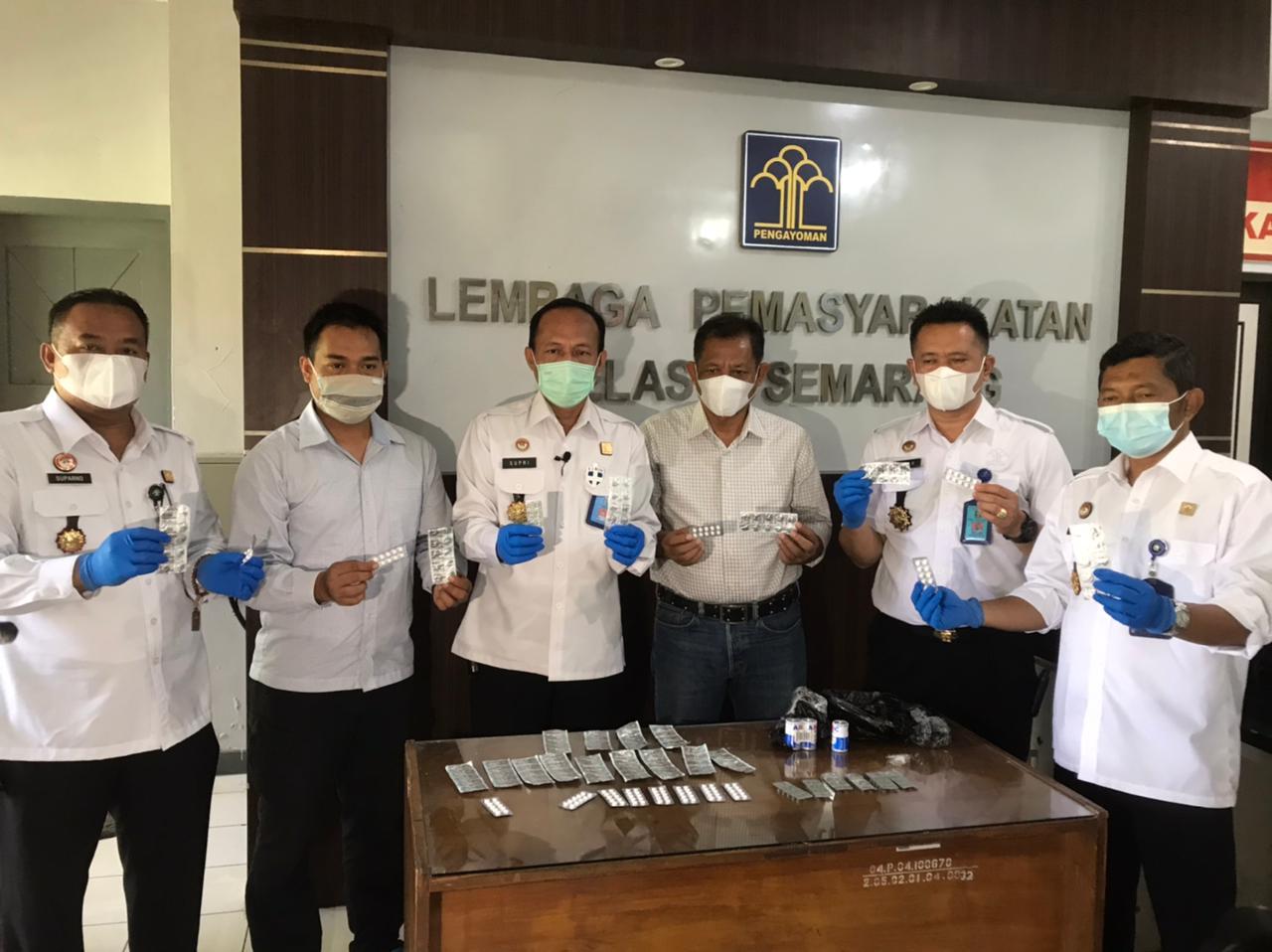BERHASIL: Seorang petugas Lembaga Pemasyarakatan (Lapas) Kelas I Semarang, Riski M. Ridwan, gagalkan penyelundupan psikotropika ke dalam lapas. (ISTIMEWA/LINGKAR.CO)