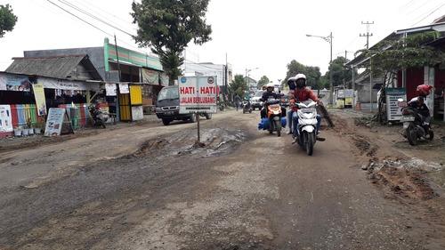 PARAH: Potret salah satu jalan rusak di Blora yang membuat Pemkab berinisiatif melakukan utang untuk anggaran perbaikan. (BAGUS ABSHORU/LINGKAR.CO)