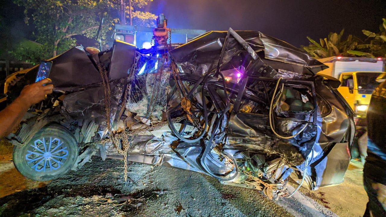 KONDISI: Kendaraan Toyota Avanza W-1747-TX, yang ditumpangi keempat korban kecelakaan di Jalan Pati–Kudus, Jum'at (3/4).