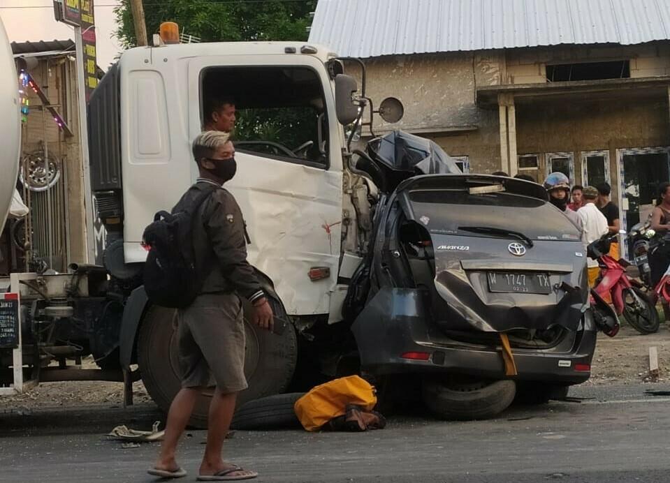 TRAGIS: Kecelakaan Lalu lintas di Jalan Pati-Kudus, tewaskan empat orang juga satu lainnya dalam kondisi kritis, Jum'at (2/4). (ISTIMEWA/LINGKAR.CO)