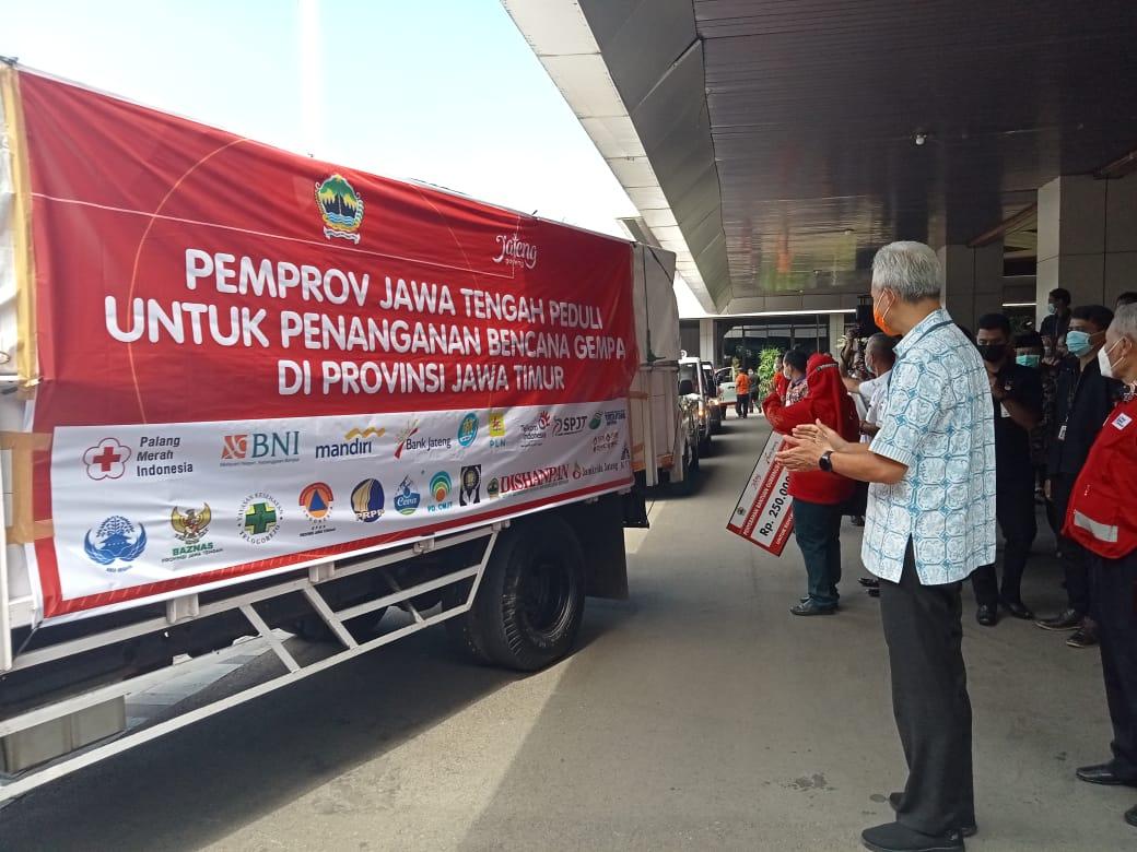 KIRIMKAN: Ganjar melihat bantuan berupa hasil bumi yang akan dikirmkan ke Jawa Timur, Jumat (16/4). (DINDA RAHMASARI/LINGKAR.CO)