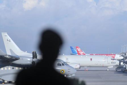 TIBA: Pesawat P-8 Poseidon US Navy terparkir di Bandara I Gusti Ngurah Rai, Badung, Bali, Pesawat milik Angkatan Laut Amerika Serikat tersebut tiba di Bali pada Sabtu (24/4) dini hari dan akan ikut membantu proses pencarian KRI Nanggala 402 yang hilang kontak saat melaksanakan 'drill' penembakan torpedo di perairan utara Bali sejak Rabu (21/4) lalu. (ANTARA/LINGKAR.CO)