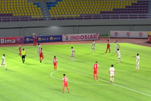BERLANGSUNG: Suasana pertandingan semi final Piala Menpora, Persija Jakarta unggul adu pinalti melawan PSM Makassar, yang digelar di Stadion Manahan Solo, Minggu (18/4) malam. (ISTIMEWA/LINGKAR.CO)