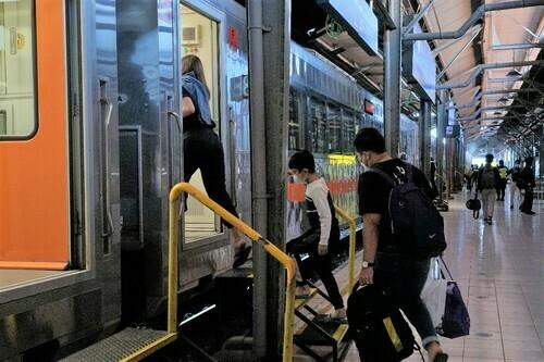 TRANSPORTASI: Sejumlah penumpang hendak menaiki gerbong kereta di Stasiun. (ISTIMEWA/LINGKAR.CO)