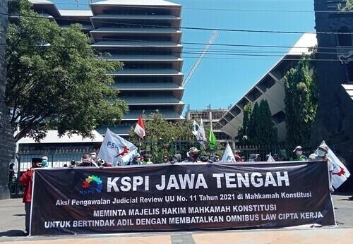AKSI: Tolak Omnibus Law oleh KSPI di halaman gedung Gubernuran Jawa Tengah, Semarang, Rabu (21/4). (ISTIMEWA/LINGKAR.CO)
