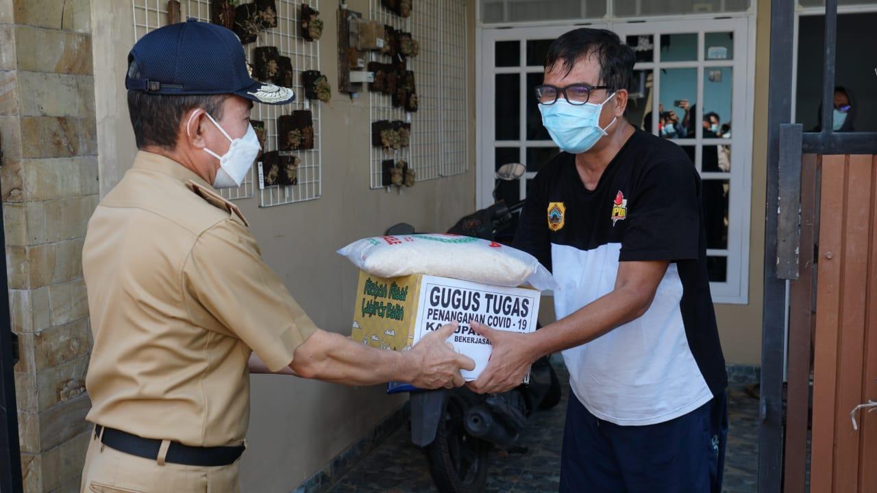 Bupati Pati Haryanto menyerahkan bantuan berupa sembako kepada warga Perumahan RSS Sidokerto, Pati Kota Selasa (11/5/2021).(TITO ISNA/LINGKAR)