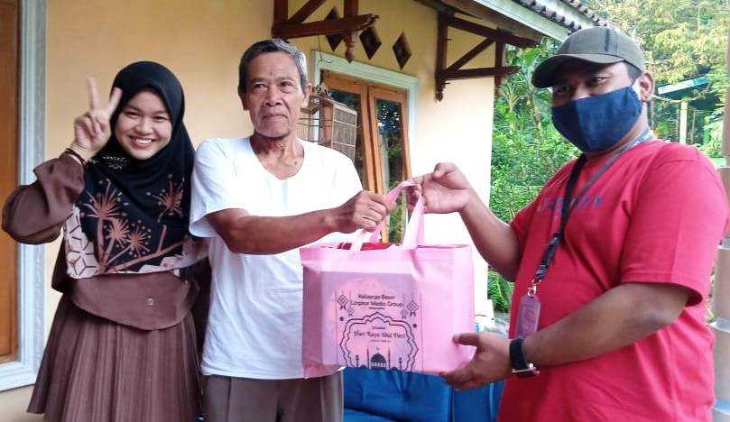 Direktur Pemasaran dan Ekspedisi Lingkar Media Group Mochamad Noofal (paling kanan) menyerahkan parsel Lebaran kepada orang tua redaktur media online Lingkar.co Galuh Sekar Kinanti baru-baru ini.(IBNU MUNTAHA/LINGKAR)