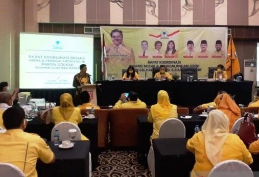 Ketua DPD Partai Golkar Sumatera Barat, Khairunnas, memberi arahan kepada kader saat kunjungan Sekjen DPP Partai Golkar, Lodewijk, ke Padang, Selasa (25/5).(ANTARA/LINGKAR)