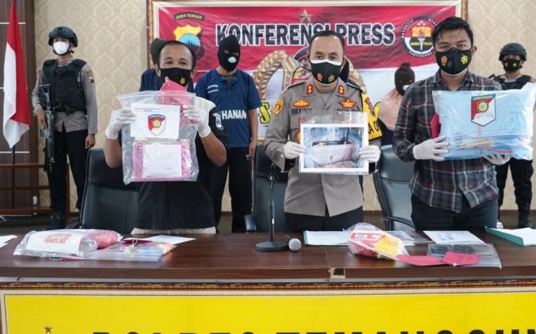 Kapolres Temanggung Benny Setyowadi (tengah) menunjukkan sejumlah barang bukti di Mapolres Temanggung, Jawa Tengah.(ISTIMEWA/LINGKAR)