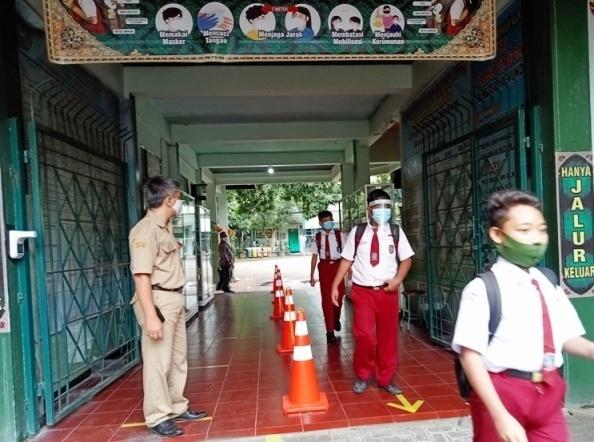 Pelaksanaan simulasi pembelajaran tatap muka di salah satu sekolah dasar.(DINDA RAHMA SARI/LINGKAR)